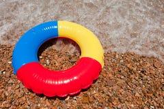 Giocattolo di galleggiamento alla spiaggia Fotografie Stock Libere da Diritti