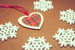 Giocattolo di legno degli ornamenti di Natale con il nastro Fotografia Stock