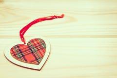 Giocattolo di legno degli ornamenti di Natale con il nastro Fotografie Stock