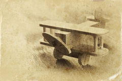 Giocattolo di legno dell'aeroplano sopra fondo di legno strutturato Retro immagine di stile foto in bianco e nero di vecchio stil Immagini Stock