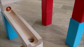 Giocattolo di legno della pista della palla, marmi che rotolano giù la pista di legno video d archivio