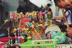 Giocattolo di legno tradizionale per i bambini a Hanoi, Vietnam - luglio, 27,2014 immagini stock