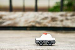 Giocattolo di modello del volante della polizia sul pavimento di legno Immagine Stock Libera da Diritti