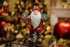 Giocattolo di Natale della porcellana sotto forma di Santa Clous con il gatto Immagine Stock