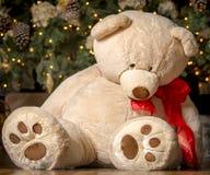 Giocattolo di Natale; Grande Teddy Bear farcito; Albero di Natale Immagini Stock Libere da Diritti