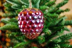 Giocattolo di vetro della decorazione dell'albero di Natale sotto forma di cono di abete Fotografia Stock Libera da Diritti