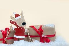 Giocattolo e regali di legno dei cervi Copi lo spazio Cenni storici di festa di natale fotografia stock