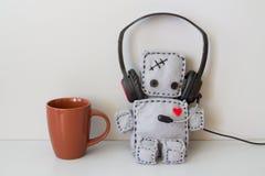 Giocattolo e tazza molli del robot Fotografia Stock Libera da Diritti
