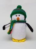 Giocattolo farcito pinguino sul verticale bianco del fondo Fotografia Stock Libera da Diritti