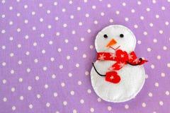 Giocattolo fatto a mano del pupazzo di neve di Natale del feltro Mestieri casalinghi del feltro fotografia stock libera da diritti