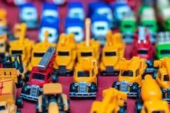 Giocattolo giallo del camion dell'escavatore a cucchiaia rovescia fotografie stock