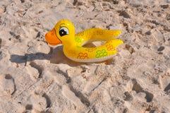 Giocattolo gonfiabile. Un'anatra gonfiabile sulla sabbia della spiaggia. fotografie stock libere da diritti