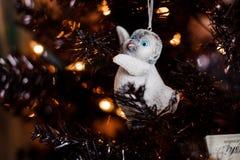 Giocattolo grazioso della decorazione dell'albero di Natale sotto forma di pinguino del bambino Immagini Stock