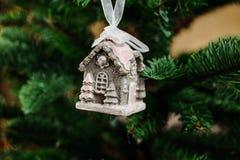 Giocattolo grazioso della decorazione dell'albero di Natale sotto forma di poca casa Fotografia Stock Libera da Diritti