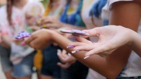 Giocattolo moderno per distensione della tensione in braccia della gioventù, molti filatori in primo piano femminile della mano,  archivi video