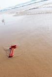 Giocattolo rosso sulla spiaggia Immagine Stock Libera da Diritti