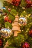 Giocattolo - un albero di Natale di legno su un albero del nuovo anno fotografie stock libere da diritti