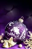 Giocattolo viola luminoso decorativo di Natale con un modello Fotografia Stock Libera da Diritti