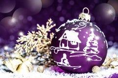 Giocattolo viola luminoso decorativo di Natale con un modello Fotografie Stock Libere da Diritti