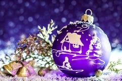 Giocattolo viola luminoso decorativo di Natale con un modello Fotografie Stock