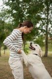 Giochi all'aperto attivi, cane e ragazza Fotografia Stock
