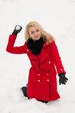 Giochi allegri della ragazza nella lotta della palla di neve immagini stock libere da diritti