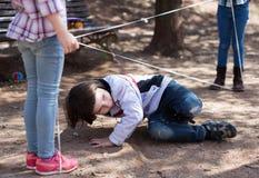 Giochi attivi dei bambini il ragazzo attraversa delicatamente il dispositivo di protezione in caso di capovolgimento aggrovigliat Fotografia Stock