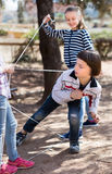 Giochi attivi dei bambini il ragazzo attraversa delicatamente il dispositivo di protezione in caso di capovolgimento aggrovigliat Immagini Stock Libere da Diritti