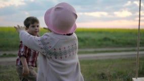 Giochi attivi del gioco del recupero dei gemelli della sorella e del fratello, bella vacanza di famiglia, ragazzo e ragazza in va archivi video