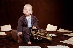 Giochi caucasici del neonato con la tromba Immagine Stock