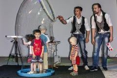 Giochi con le bolle di sapone ad un evento dei bambini in Bielorussia Immagini Stock