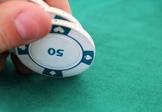 Giochi con le carte con i chip in un casinò Fotografia Stock Libera da Diritti