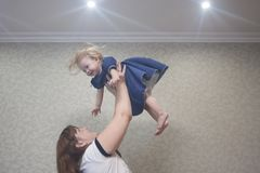 giochi con un piccolo bambino mom fotografie stock