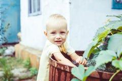 Giochi da bambini con acqua fotografia stock libera da diritti