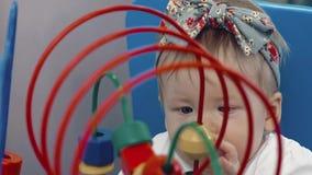 Giochi da bambini con di un giocattolo colorato multi Aiuti della mamma video d archivio