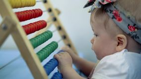 Giochi da bambini con di un giocattolo colorato multi archivi video