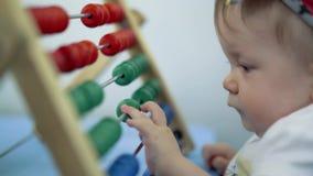Giochi da bambini con di un giocattolo colorato multi stock footage