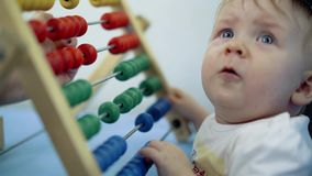 Giochi da bambini con di un giocattolo colorato multi video d archivio