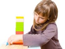 Giochi da bambini con i blocchetti del giocattolo Fotografia Stock