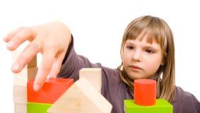 Giochi da bambini con i blocchetti del giocattolo Fotografia Stock Libera da Diritti