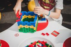 Giochi da bambini con i mattoni di Lego a Milano, Italia Immagine Stock