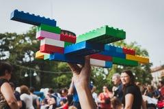 Giochi da bambini con i mattoni di Lego a Milano, Italia Fotografie Stock
