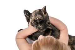 Giochi da bambini con un gatto Fotografia Stock Libera da Diritti