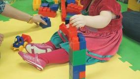 Giochi da bambini nel progettista del bambino sul pavimento video d archivio