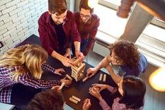 Giochi da tavolo dell'interno del gioco degli amici di vista superiore fotografie stock