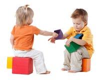 Giochi dei bambini con i cubi immagini stock libere da diritti