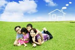 Giochi dei genitori con i loro bambini in parco Immagini Stock Libere da Diritti