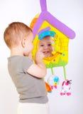 Giochi del bambino con i giocattoli Fotografie Stock Libere da Diritti