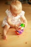 Giochi del bambino con i giocattoli Immagine Stock