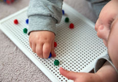 Giochi del bambino con i perni Fotografia Stock Libera da Diritti
